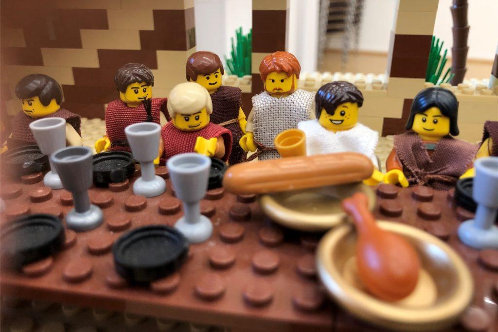 Biblisches aus Lego-Bausteinen: Jesus hält mit seinen Jüngern das letzte Abendmahl.
