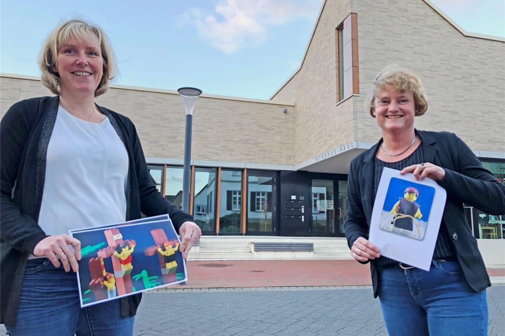 Die Vorsitzende des Pfarreirats, Martina Heumer (l.) und ihre Stellvertreterin Claudia Mönsters, laden zum Lego-Ostergarten ins Otgerus-Haus ein.