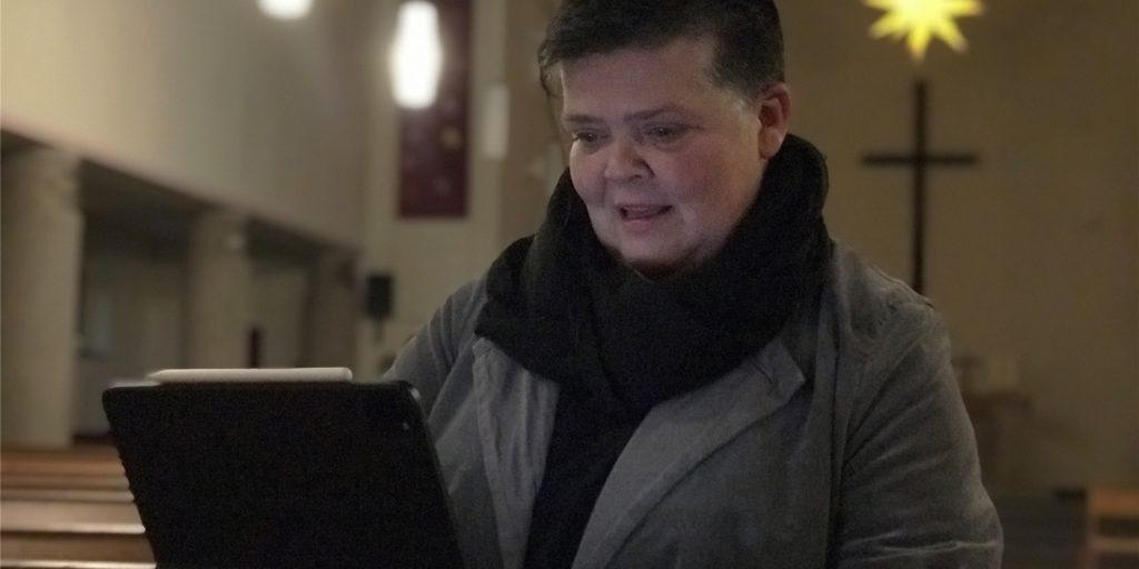 Claudia Reifenberger liebt vor allem Gottesdienste in einer dunklen Kirche. Sie glaubt aber auch daran, dass es weiter Video-Streams gibt, um die Gottesdienste auch nach Hause zu übertragen.