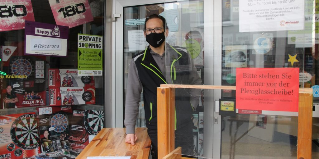Christian Reuter vom Geschäft Knümann wird ab Dienstag (23. März) wieder auf den Abholschalter vor der Ladentür zurückgreifen müssen.