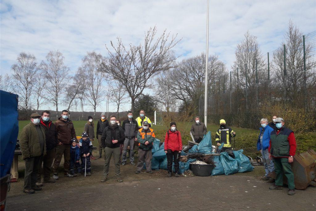 Am Samstagmorgen trafen sich ca. 30 freiwillige Helfer, unter anderem viele Mitglieder der Löschgruppe Langern und des Schützenvereins, am Dorfgemeinschaftshaus in Langern zur Dorfreinigung.