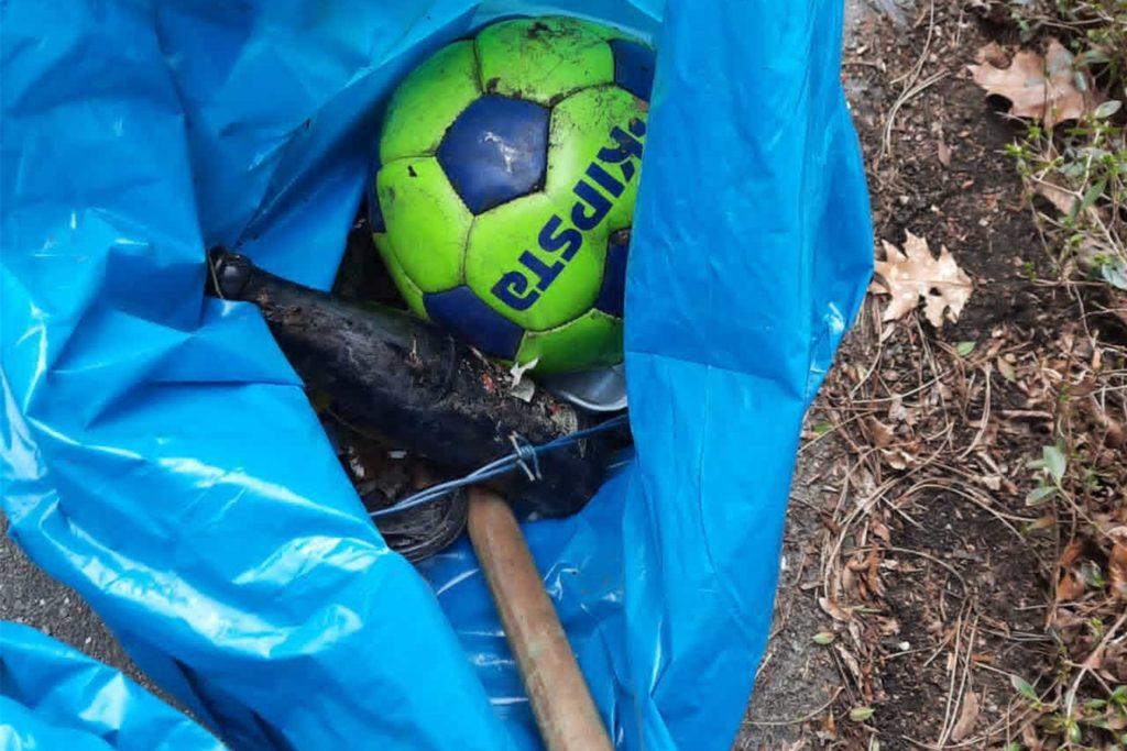 Auch Schuhe und ein Fußball gehörten zu dem Sammelsurium an Müll, das am Ende des Tages in den Müllsäcken der Helfer landete.