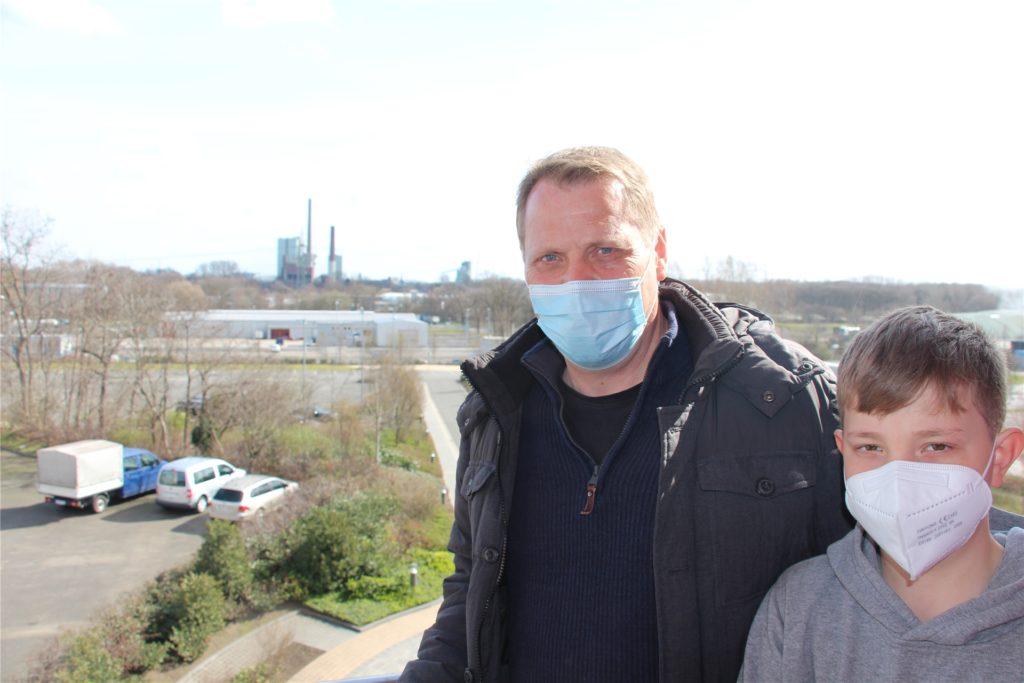 Trianel-Lünen-Geschäftsführer Stefan Paul und sein Sohn Luis haben auch die Sprengung vom Balkon des Trianel-Gebäudes aus verfolgt.