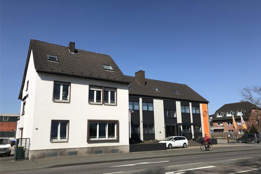 Die Gebäude an der Kirchhellener Allee mit den Hausnummern 100 (Olymp-Sportpark) und 102 (Reha-Zentrum und Wohnhaus) sind von den Umgestaltungsplänen ausgenommen.