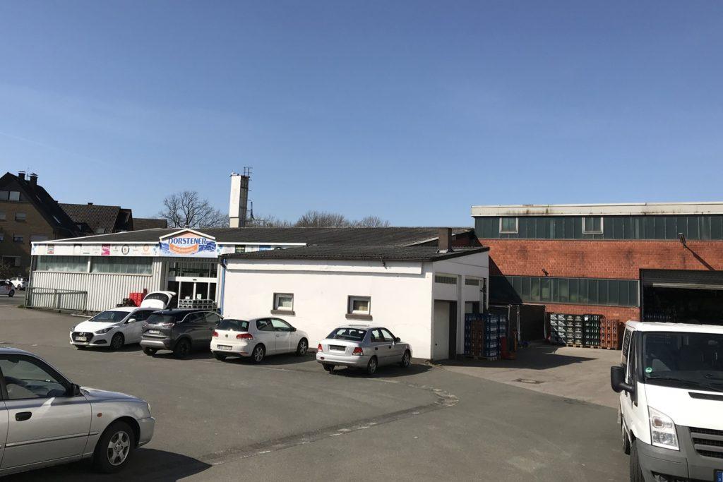 Wenn die Pläne in wenigen Jahren umgesetzt werden, dann werden auch die Verkaufs- und Lagergebäude des Getränkemarktes abgerissen. Hier wird der Parkplatz für den neuen Lebensmittelmarkt entstehen.