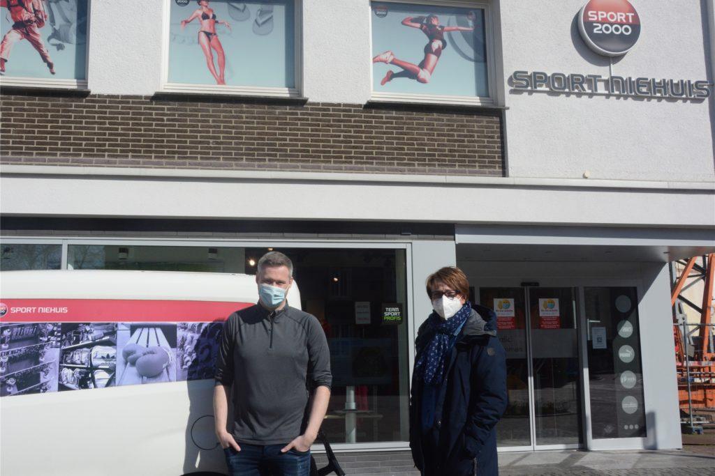 Stefan Büning und Brigitte Niehuis vom Sportladen in der Vredener Innenstadt hoffen auf eine Corona-Teststelle in Innenstadtnähe.