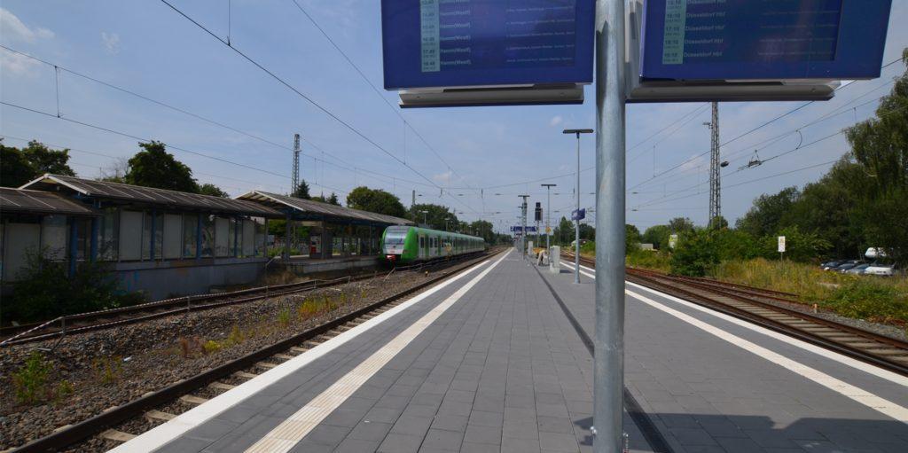 Der mutmaßliche Exhibitionist flüchtet aus der S-Bahn Richtung Mengeder Markt. Mithilfe von zwei Zeugen konnte er schnell festgenommen werden.