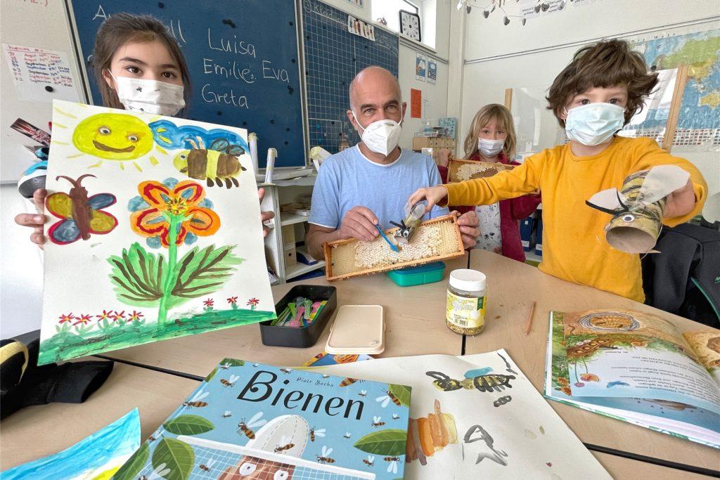 Im Bienen-Projekt lernen die Kinder alles rund ums Thema Bienen. Schulleiter Magnus Krämer hat als besondere Überraschung sogar Waben mitgebracht, aus denen die Kinder Honig probieren dürfen.