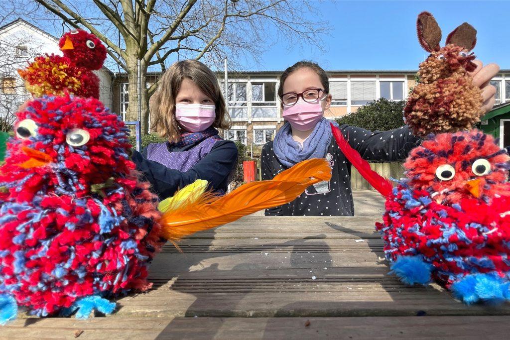 Das Kunst-Projekt wurde bei dem schönen Wetter kurzerhand nach draußen verlegt. Hier basteln die Kinder Küken und Hasen - passend zu Ostern.