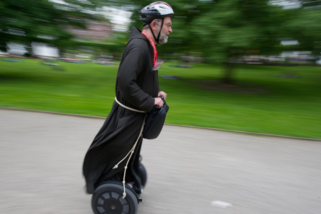Beim Katholikentag 2012 in Mannheim war Kapuzinermönch Paulus Terwitte auf einem Segway unterwegs.