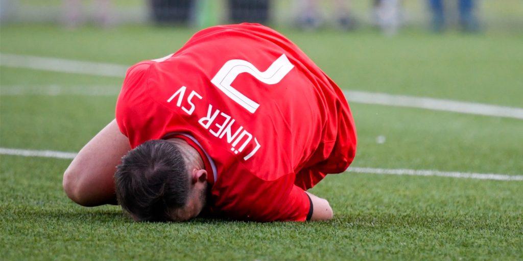 Fußballer am Boden: Würde die Anzahl der Verletzungen wirklich explodieren, wenn die Saison nach verkürzter Vorbereitung wieder aufgenommen werden würde?