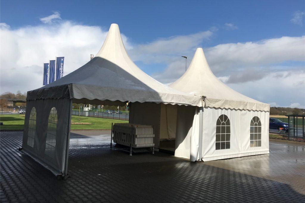 Durch den geöffneten Pavillon können ab Mittwochmittag Autofahrer fahren und sich testen lassen.