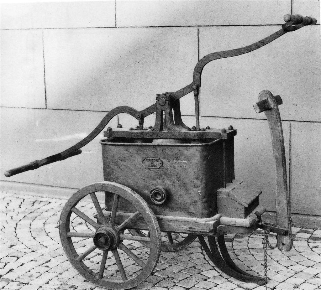 Eine Handdruckspritze aus der Zeit um 1880.