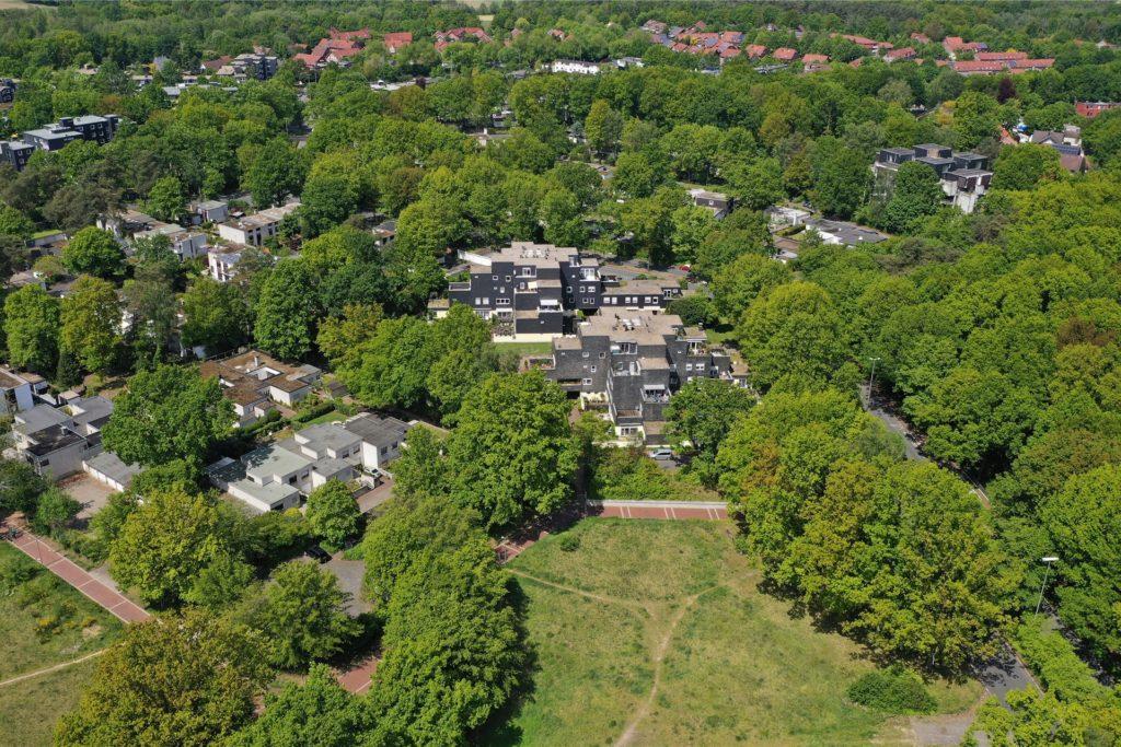 Zu Füßen der Schwarzen Finnstadt soll das neue Wohnprojekt Nachbarschaft Dimker Wiese auf der grünen Wiese wachsen.