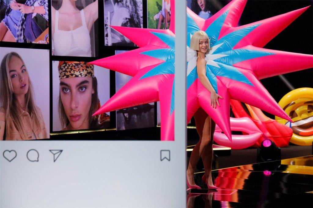 """Auch aufblasbare Kostüme gehören zur """"Model-Ausbildung"""" der Show. Doch Elisa bewältigte auch den überdimensionalen Stern halbwegs galant."""