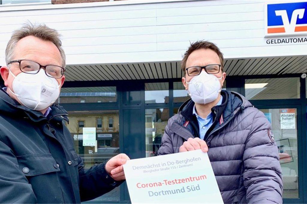 Dr. Stefan Schäfer (l.) und Martin Kemper vor dem Testzentrum Dortmund-Süd.