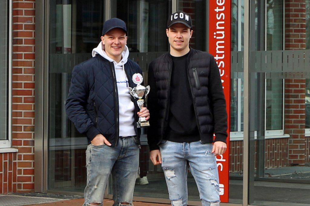 Die Brüder Louis und Henry Einck nahmen den Pokal für den FC Ottenstein in Empfang; es fehlten Leonard Höink, Marvin Stockhorst.
