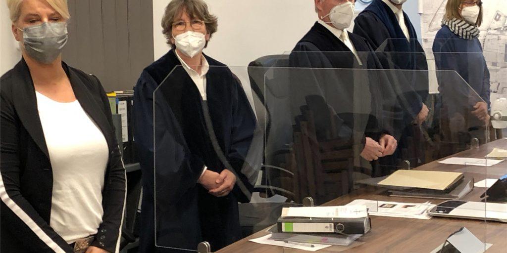 Das Verwaltungsgericht war mit zwei Berufsrichtern und zwei ehrenamtlichen Richtern in die Verhandlung gegangen. Nun ist das Urteil bekannt gegeben worden: Die Klage gegen die Bauvorbescheide zur Erweiterung des Unternehmens Schmitz Cargobull wurde abgewiesen.