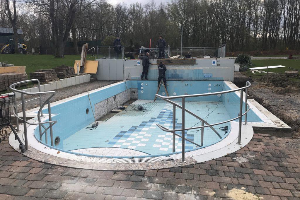Hier wird im Saunagarten aus einem wenig genutzten Außenbecken ein Becken mit 33 Grad warmem Wasser und großem Liegebereich gemacht.