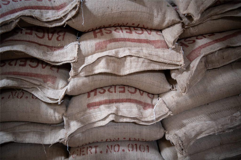 Hochwertiger Rohkaffee wird in Säcken transportiert.