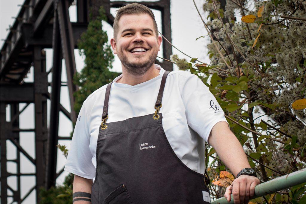 Lukas Eversmeier ist ausgebildeter Koch und arbeitet als Küchenchef.