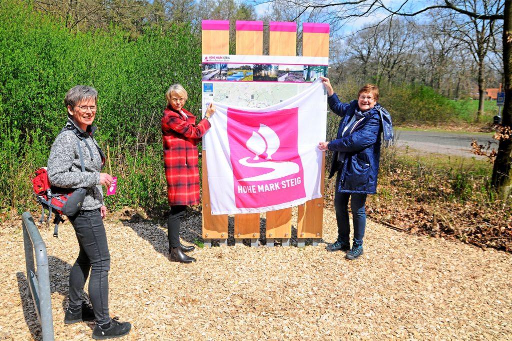 RVR-Regionaldirektorin Karola Geiß-Netthöfel, Regierungspräsidentin Dorothee Feller und Geschäftsführerin Dagmar Beckmann vom Naturpark Hohe Mark (v. r.) eröffnen in Dorsten-Lembeck den Hohe-Mark-Steig.