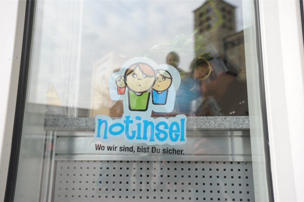 Das Notinsel-Logo, das in vielen Schaufenstern hängt. 72 Anlaufstellen gibt es in Kamen.