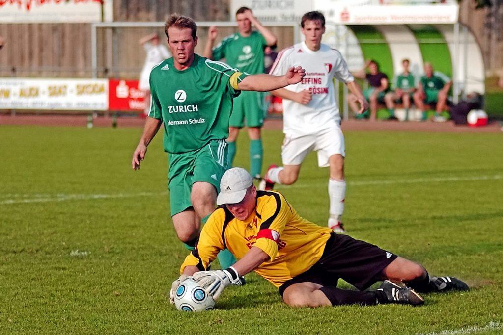 Uwe Lanvermann (l.) trug lange die Kapitänsbinde der ersten SuS-Mannschaft, hier bei einem Bezirksligaduell mit dem ASV Ellewick.