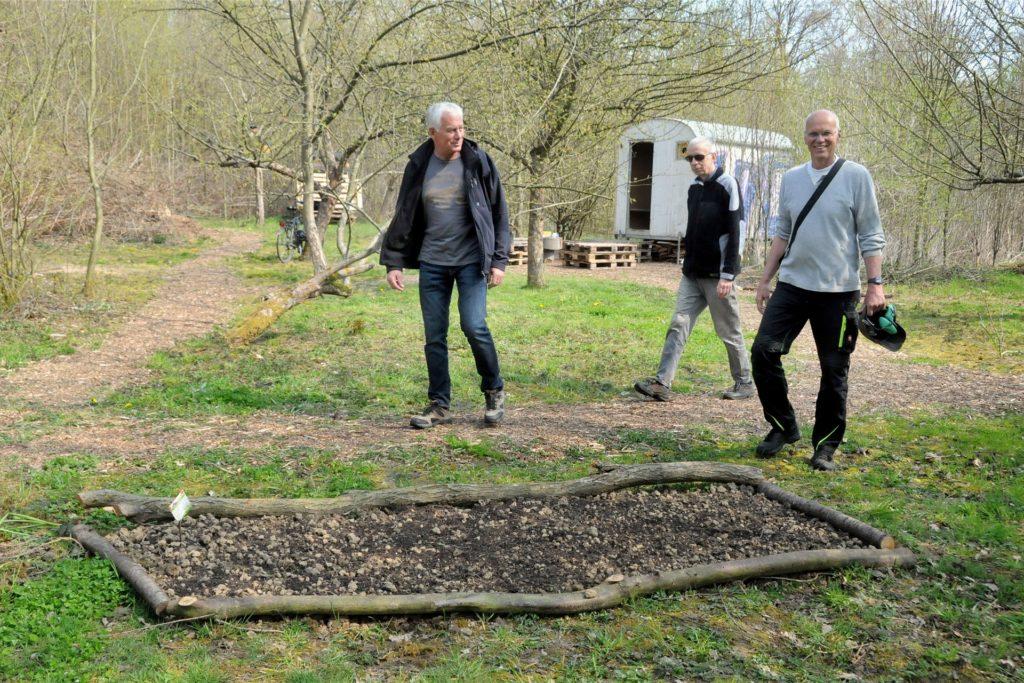 Mehrere Wildblumeninseln haben (v.l.) Uwe Hollop, Peter Molczyk und Udo Edelmeier auf der Streuobstwiese in Geisecke angelegt.