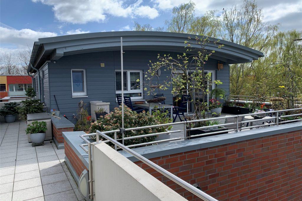 Eine der Wohnungen, die frei finanziert sind. Sie sehen aus wie eigenständige Häuser auf dem Hausdach der Gemeinschaftswohnanlage.