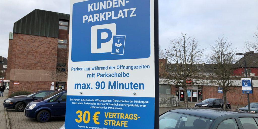 Dieses große Hinweistafel ist Parkplatz am Evinger Platz aufgestellt. Es enhält keinen Hinweis darauf, dass es sich um einen Parkplatz der Firma Kik handelt