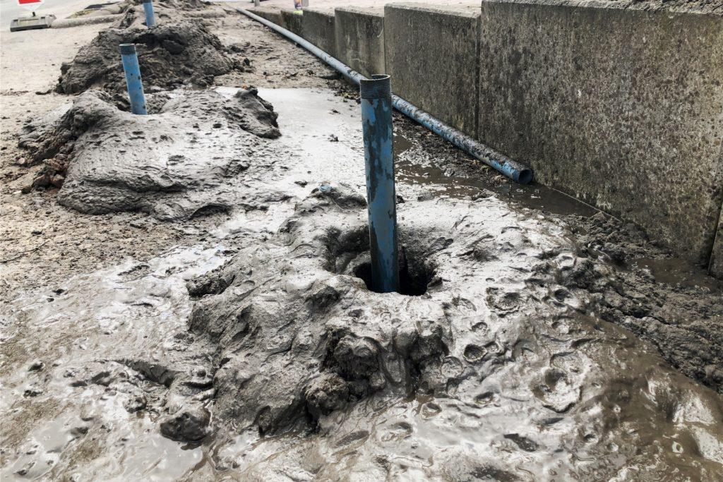Acht bis zehn Meter tiefe reichen die Bohrungen ins Erdreich. Durch ein Plastikrohr wird ein Sondierungsgerät in die Tiefe gelassen, das Metall aufspüren kann.