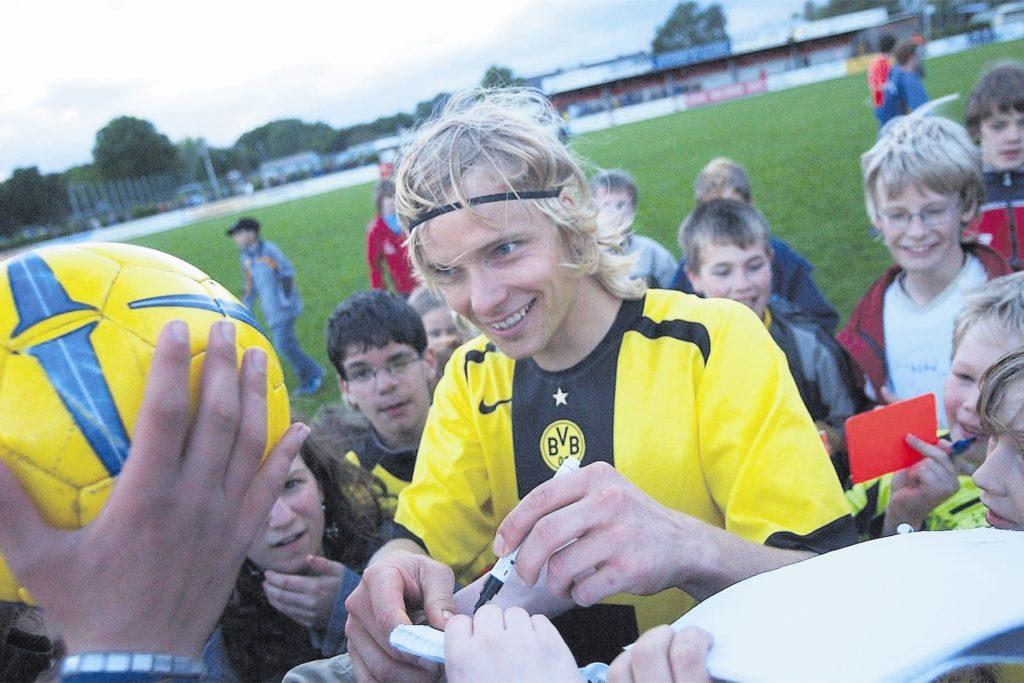 Autogrammstunde: Beim BVB II zählte Uwe Seggewiß zu den Leistungsträgern.