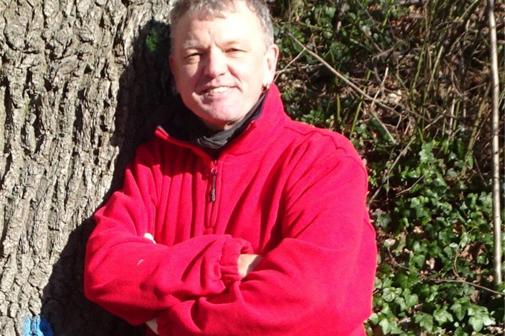 Joachim Kallendrusch lächelt zwar in die Kamera. Der Diplom-Forstwirt ist aber angesichts des Zustandes des Waldes ernsthaft besorgt.