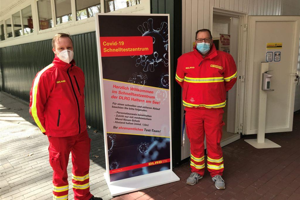 Markus Treder (r.) und Sebastian Höhnerhaus vom DLRG vor der Teststation.