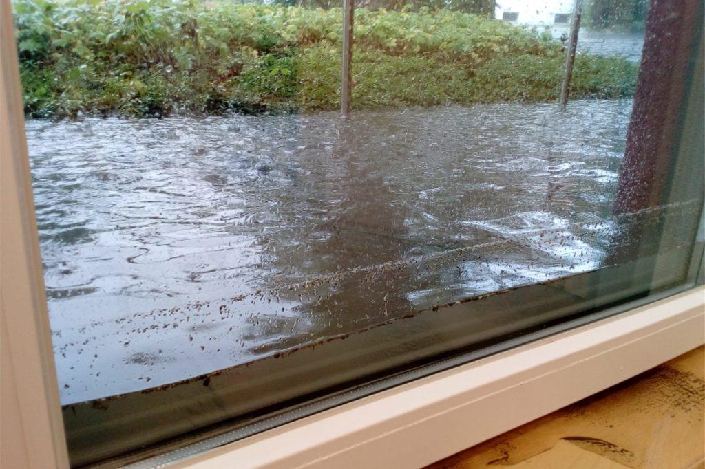 Dieses Bild entstand im Juli 2020, als zum zweiten Mal Wasser in die Kita drang. Fenster und Türen hielten den Wassermassen nicht viel entgegen.