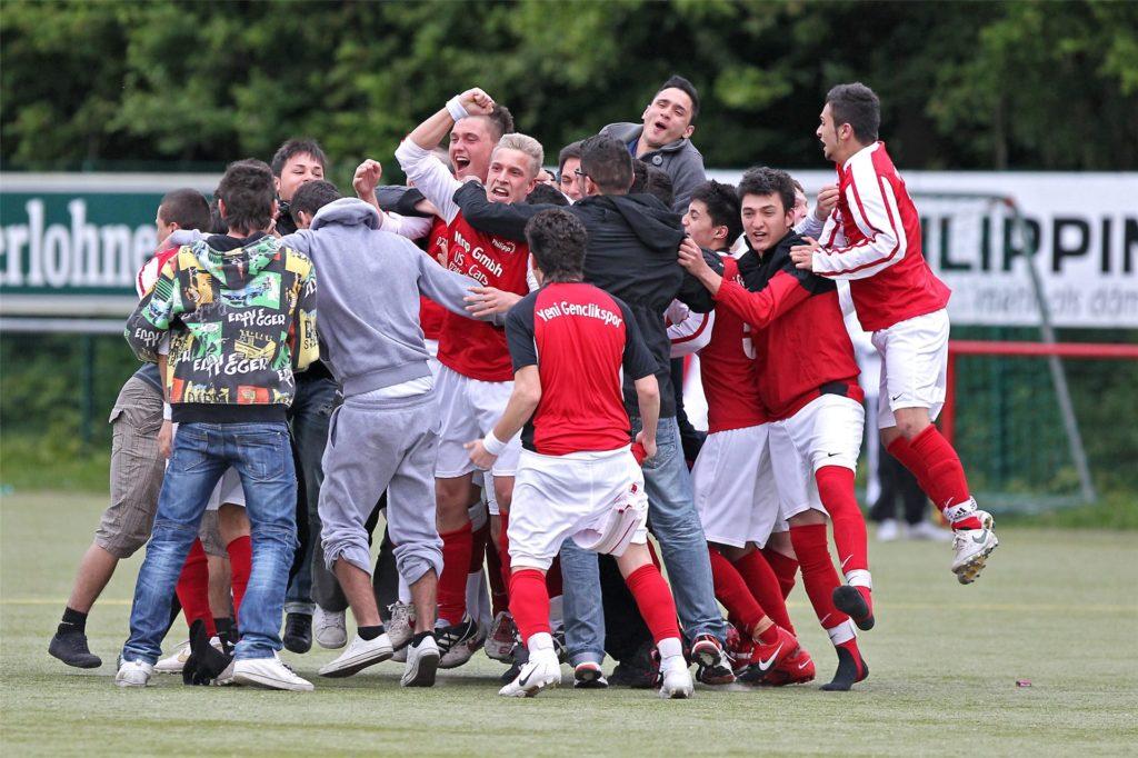 Feierten 2011 ihren Sieg im Kreisliga-Spitzenspiel gegen die SG Castrop beinahe wie einen Aufstieg: Die A-Junioren des SV Yeni Genclik. Mittendrin: Marlon Klawitter, der heutige Kapitän von Eintracht Ickern.