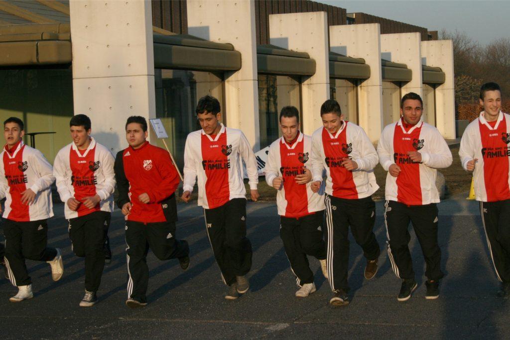 Liefen sich 2011 für ihr demonstratives Training auf dem Europaplatz warm: die Nachwuchskicker des SV Yeni Genclik.