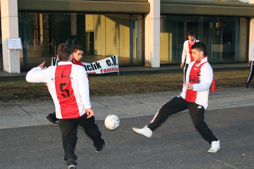 Trainierten 2011 demonstrativ auf dem Europaplatz warm: die Nachwuchskicker des SV Yeni Genclik.