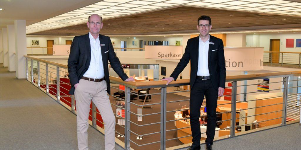 Seit Anfang dieses Jahres führen Heiko Rautert (r.)  als Vorstandsvorsitzender der Sparkasse an der Lippe und Vorstand Martin Abdinghoff die Geschäfte des Geldinstituts. Ende 2020 war der frühere Vorstandschef Thomas Lohmann in den Ruhestand gegangen.