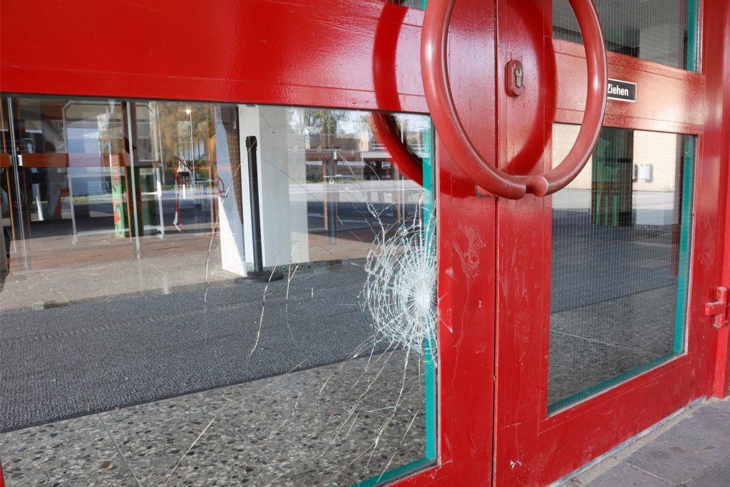 Auch Türen waren bei dem Vorfall vor einer Woche beschädigt worden. Glaser begannen jetzt, die Scheiben auszutauschen.