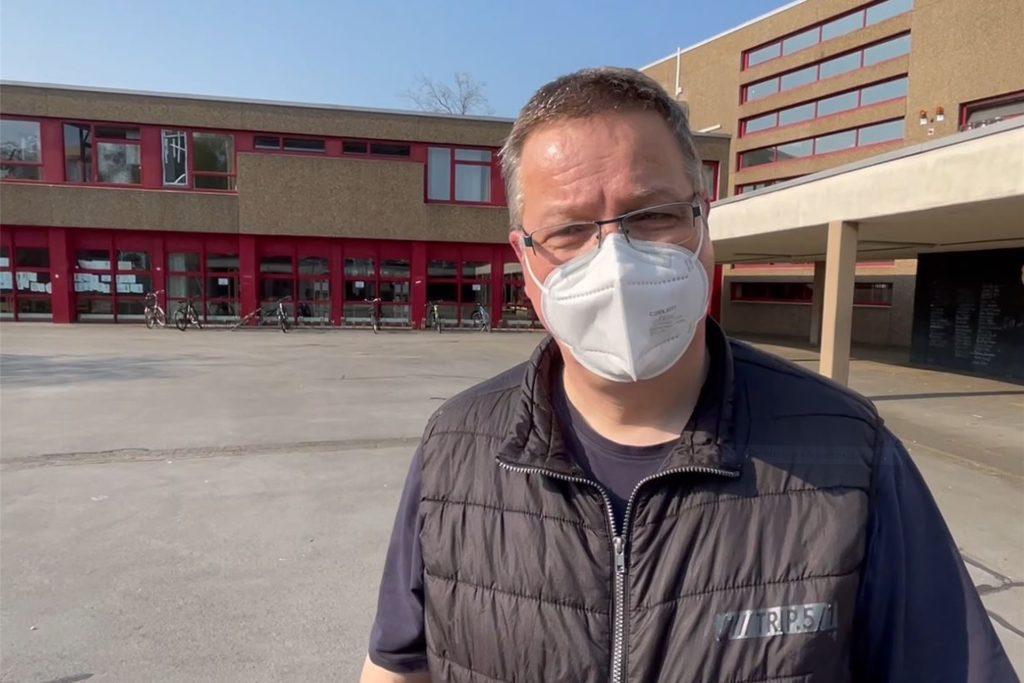 Hausmeister Klaus Grunenberg hatte sich am Tag danach gleich einen Überblick über den Schaden verschafft.
