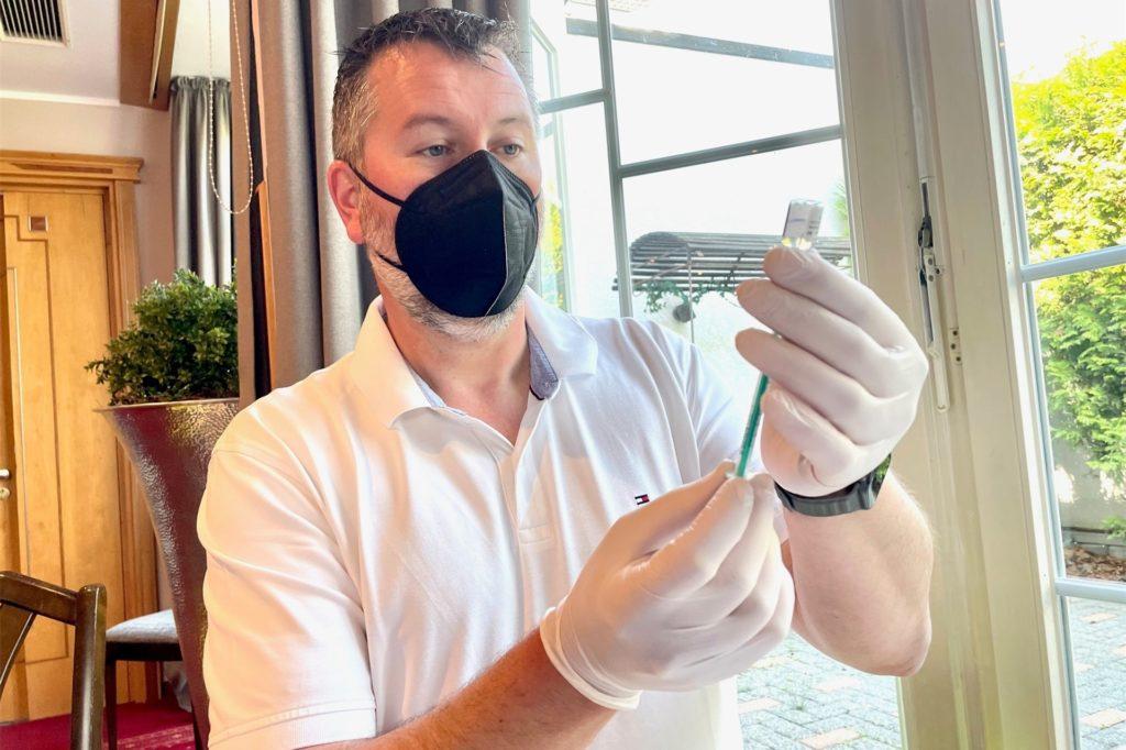 Spritzen aufziehen im Akkord: Dr. Oliver Heine bei der Arbeit.