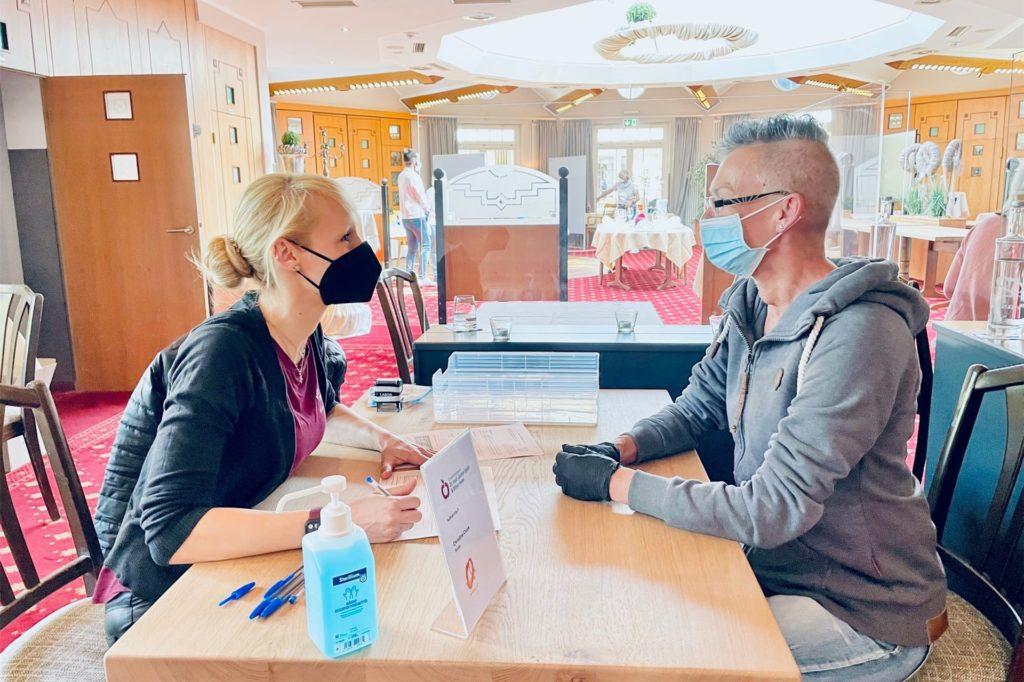 Aufklärungsgespräch vor der Impfung: Ärztin Christina Cicek (links) im Gespräch mit einer Patientin.