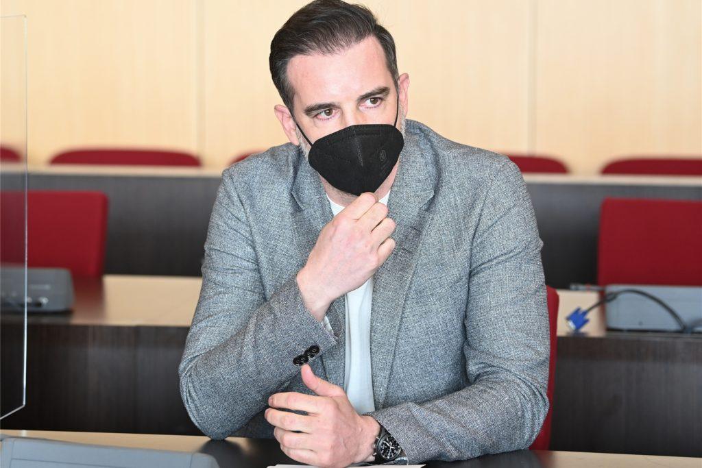 Der angeklagte Christoph Metzelder, ehemaliger Fußball-Nationalspieler, sitzt in einem Saal des Amtsgerichts.