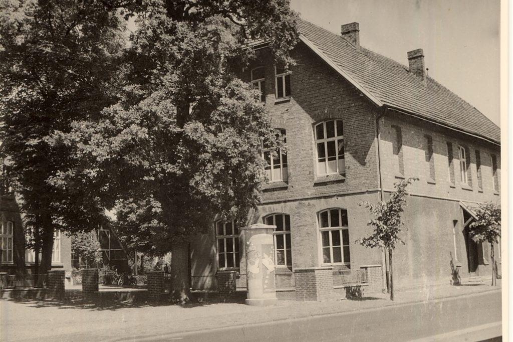 Die Friedenseiche an der alten Schule in Oeding musste 1965 dem Straßenbau weichen.