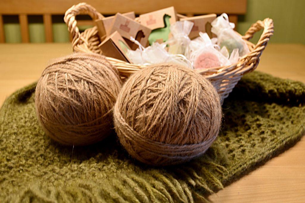 Kleidung und Seife aus der eigenen Alpakawolle bietet das Paar auf ihrem Alpakahof an.