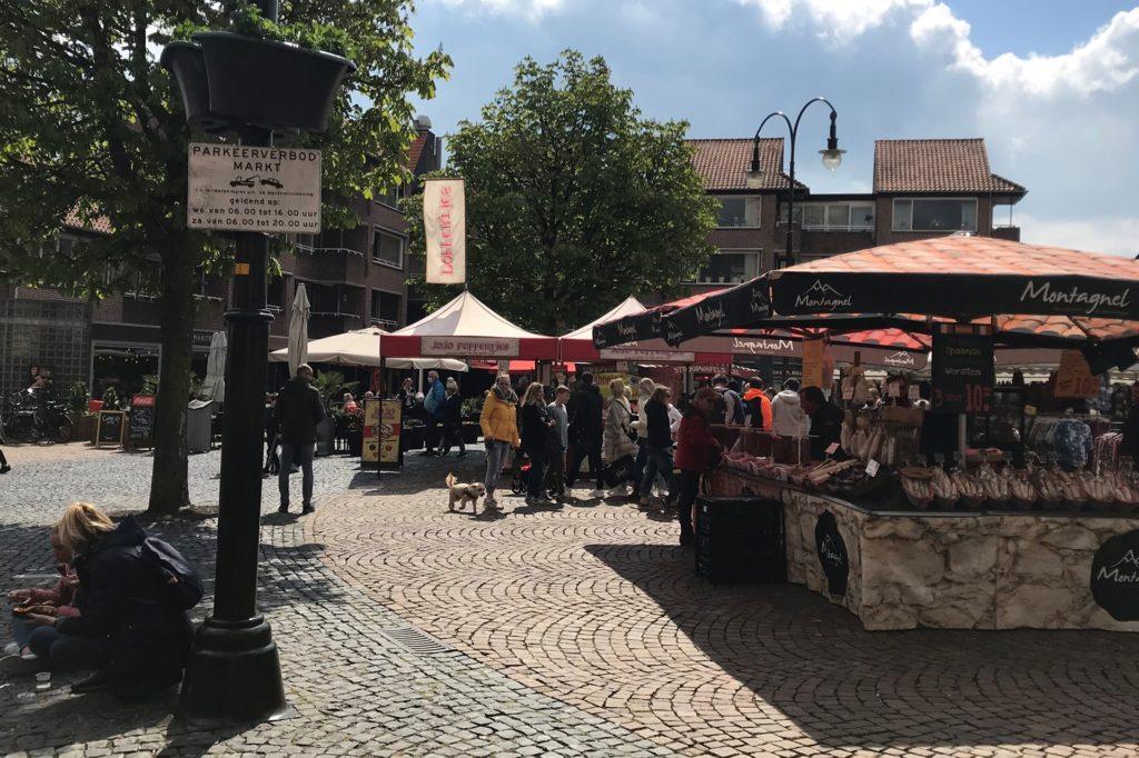 Auf dem Markt stehen die Leute in Schlangen an den Ständen.