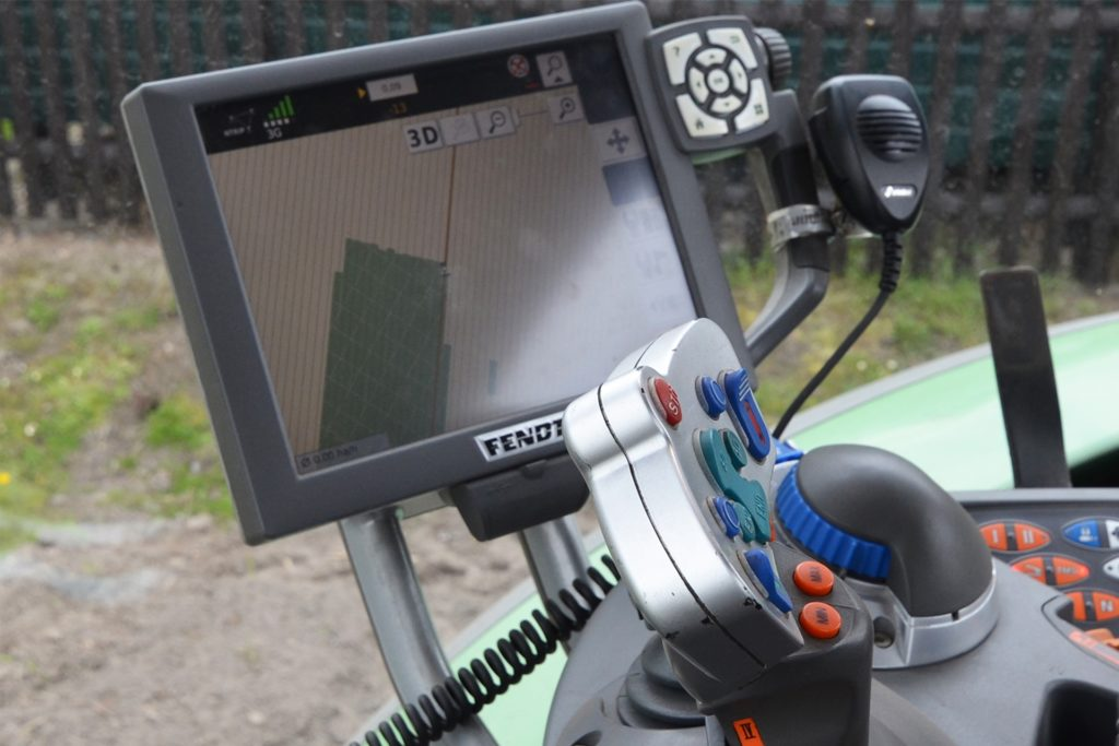 Zu Beginn programmiert Paul Wessel eine gerade Linie auf dem Tablet. Es übernimmt anschließend die Steuerung des Traktors. Die grüne Fläche ist nachmittags bereits bepflanzt.