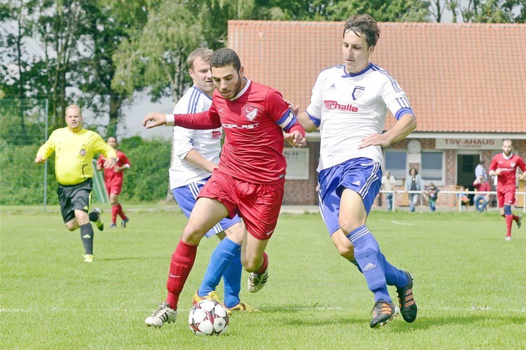Sedat Semer (M.), hier noch als Kapitän des TSV, hat mit 120 Treffern seit 2005 die meisten für die Ahauser erzilet.